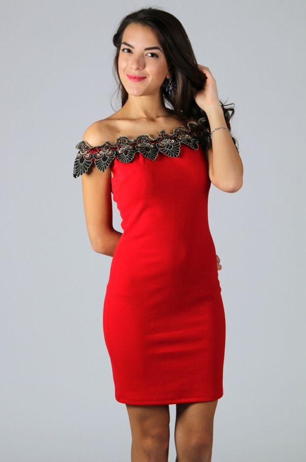 Червена официална рокля с голи рамене