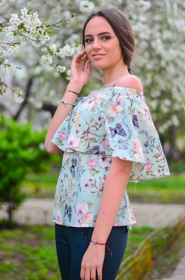 Красива и ефирна блуза с интересен принт на пеперуди