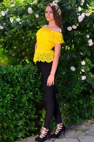 Блуза с голи рамене в жълт цвят