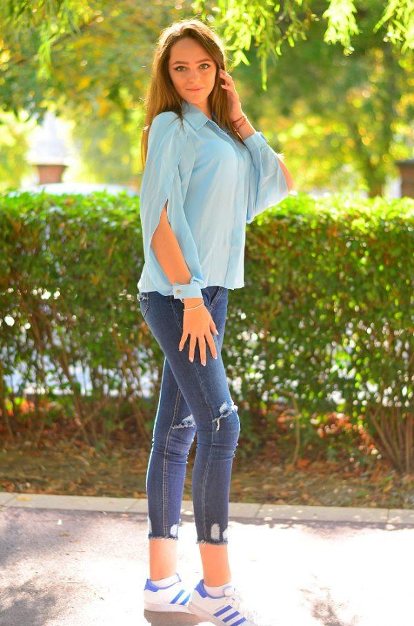 Дамска риза в светло син цвят с изрязани ръкави