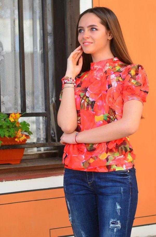Стилна, елегантна блуза с къс ръкав на рози