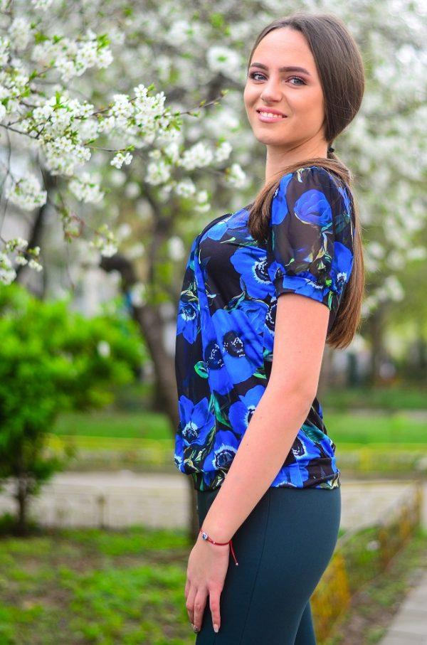 Стилна, елегантна блуза с къс ръкав на сини цветя