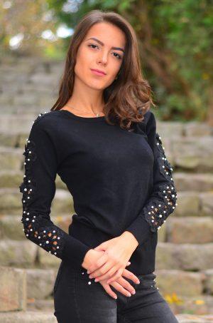 Черна блуза с бродерия и перли по ръкавите