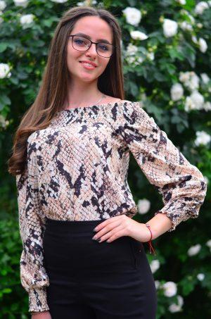 Ефирна блуза с паднали рамене и интересен принт