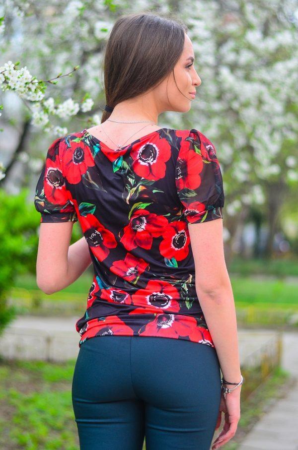 Стилна, елегантна блуза с къс ръкав на червени цветя