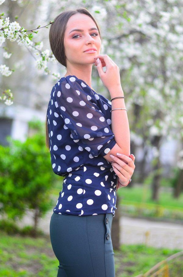 Тъмносиня дамска блузка с 3/4 ръкави на точки