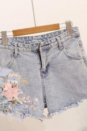 Къси дънкови панталонки с цветя и бродерия
