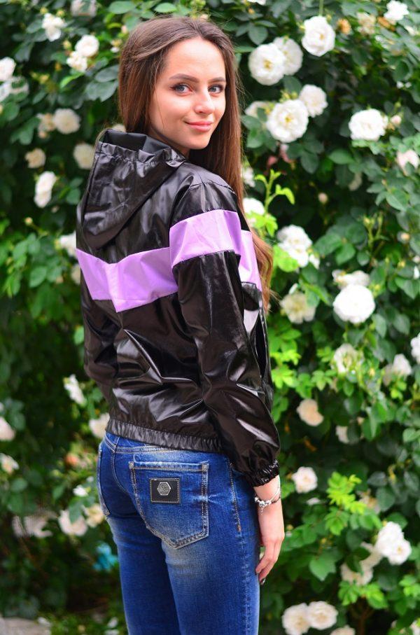 Дамско спортно яке в черен цвят с лилава лента
