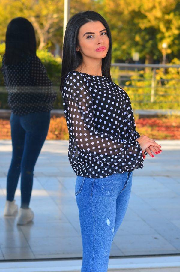Дамска блуза в черен цвят на точки