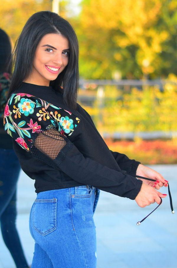 Дамска блуза в черен цвят с флорални мотиви