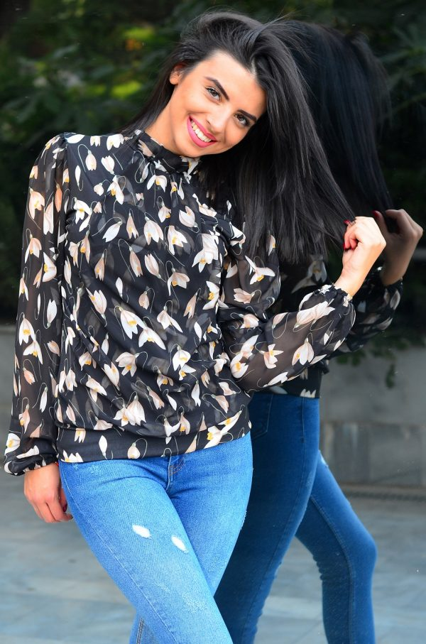 Дамска блуза с флорални мотиви и черна основа