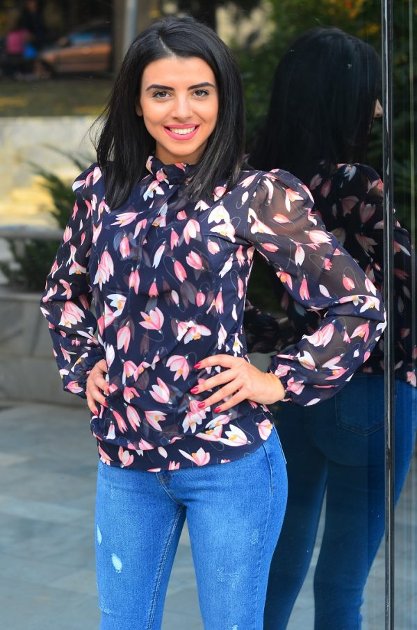 Дамска блуза с флорални мотиви и тъмносиня основа