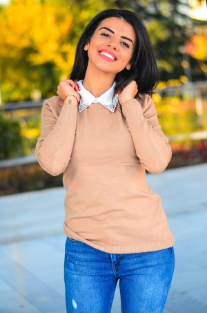 Кашмирна блуза с бяла яка