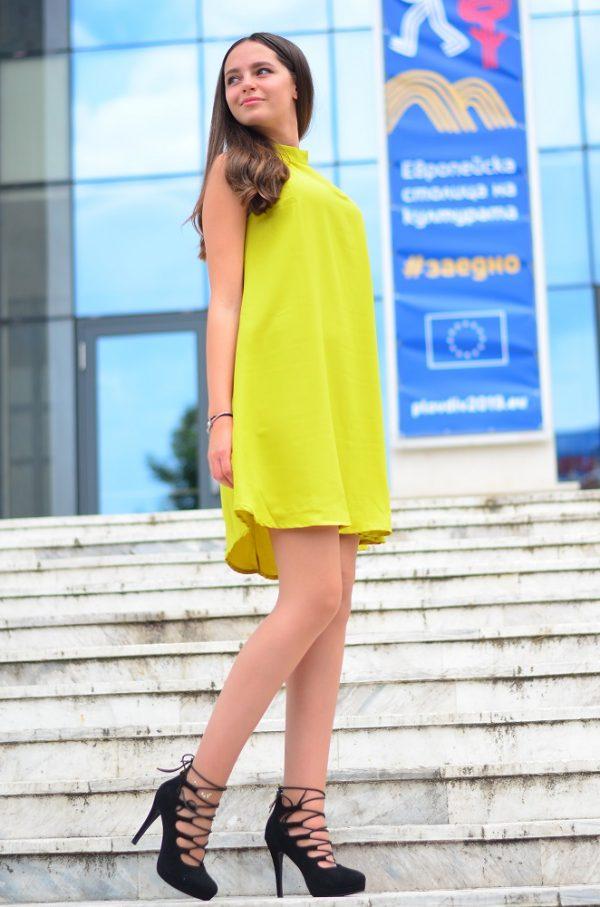 Нежна рокля в светлозелен цвят