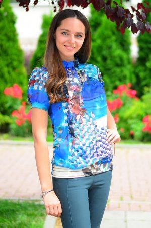 Елегантна дамска блуза с къс ръкав и флорален десен.